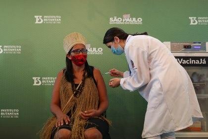 Vanusa Kaimbe, una mujer indígena, también fue vacunada este domingo (REUTERS/Amanda Perobelli)