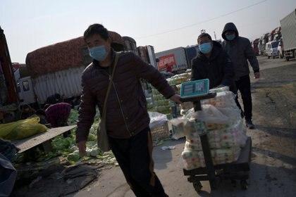 Personas en China, llevando carrito de compras