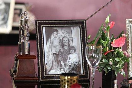 Mirtha con sus hijos Daniel y Marcela. Al lado de la foto, estautuillas de algunos de los Martín Fierro que ganó la conductora a lo largo de su carrera (Instagram)