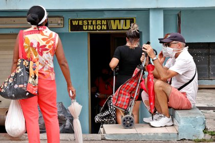 Varias personas esperan al frente de una oficina de Western Union, el pasado 4 de junio de 2020, en La Habana (Cuba). EFE/Ernesto Mastrascusa/Archivo