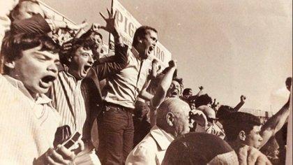 Platense, una pasión que Serra compartía con su amigo y también gran periodista Mario Fahsbender (en el centro). Ambos gritando un gol del Calamar.