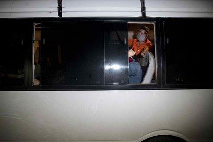 Un hombre habla desde un bus en Managua (Nicaragua). EFE/Jorge Torres/Archivo