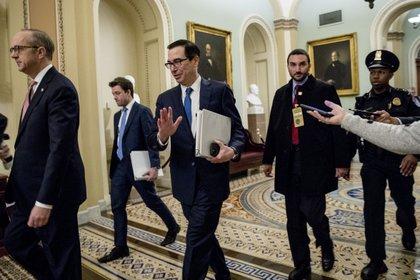 Steve Mnuchin, secretario del tesoro, sale de una reunión con los líderes demócratas en el Capitolio (AP)