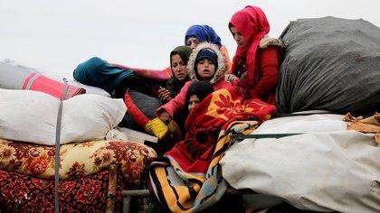 Un familia proveniente de Aleppo cruza la zona de Hazano en dirección norte