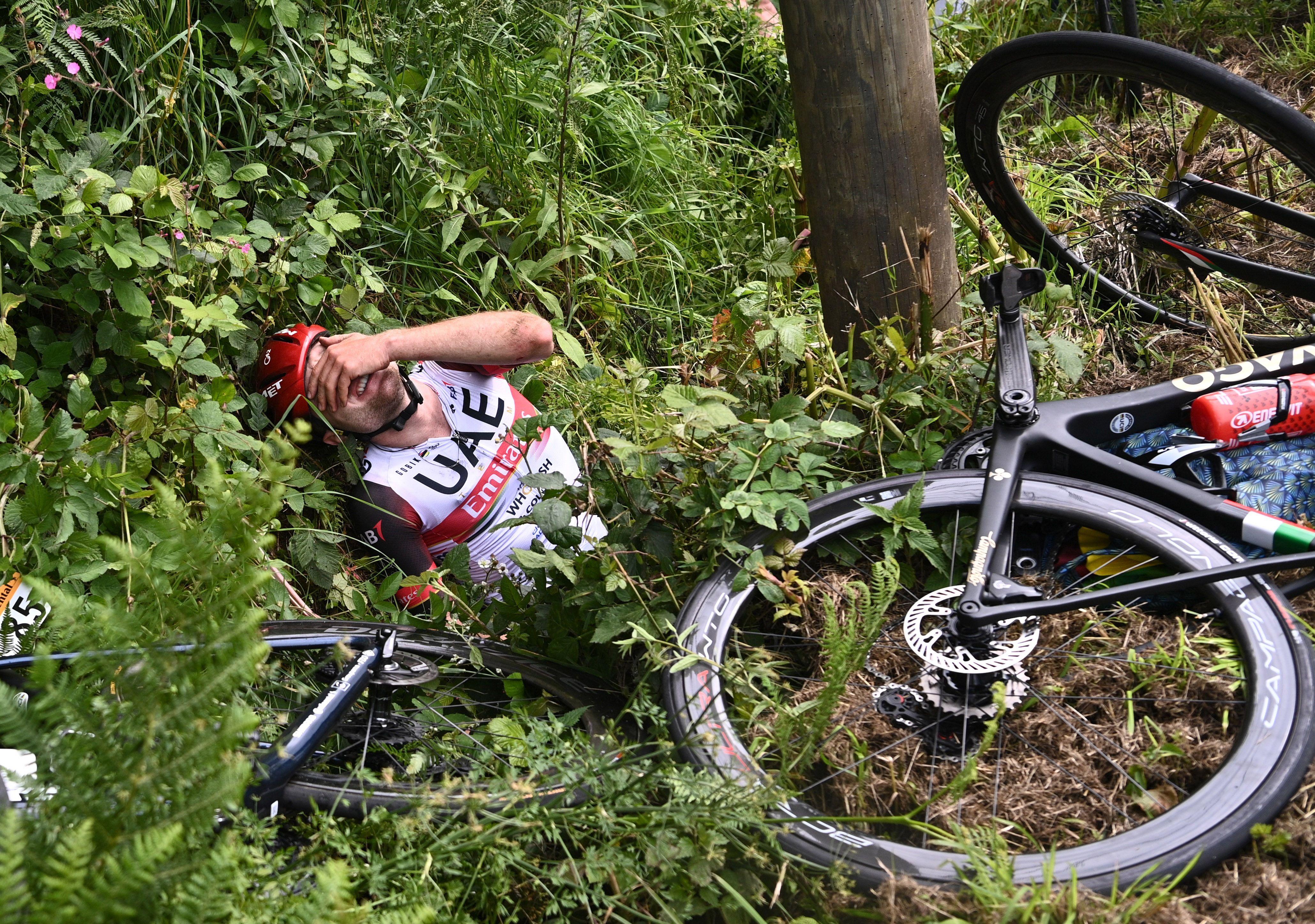 Así terminó el ciclista suizo Marc Hirschi tras el accidente (Foto: Reuters)