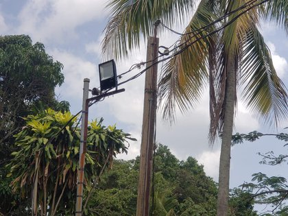 La red de vigilancia de la Mara Salvatrucha estaba instalada en el cableado eléctrico de la vía pública y techos de viviendas. (Policía Nacional de Honduras)