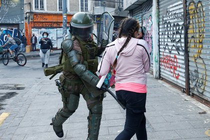 Un policía antidisturbios golpea a un manifestante durante una protesta contra el gobierno de Chile en Valparaíso (REUTERS/Rodrigo Garrido)
