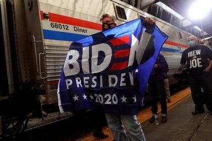 Un seguidor del candidato demócrata, Joe Biden. REUTERS/Mike Segar/File Photo