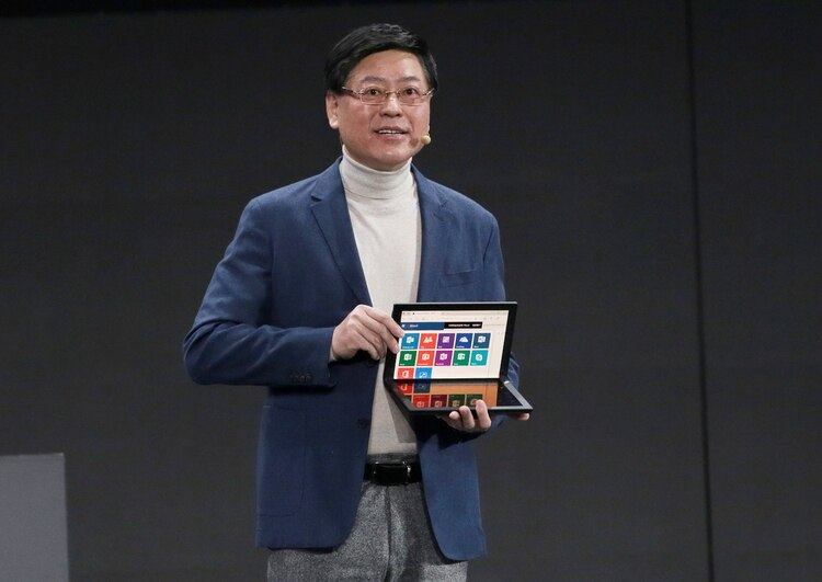 El presidente y director general de Lenovo, Yang Yuanqing, muestra la PC Thinkpad X1 plegable en China, el año pasado (REUTERS/Jason Lee)