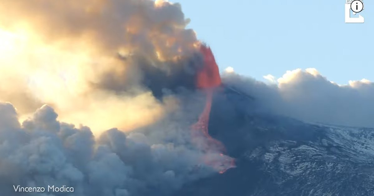Photographer captures the eruption of the Etna Volcano