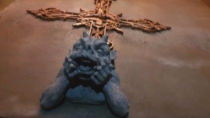 Wells compra los adornos para el Castillo del Diablo durante los viajes que realiza por el mundo (Foto: captura de pantalla)