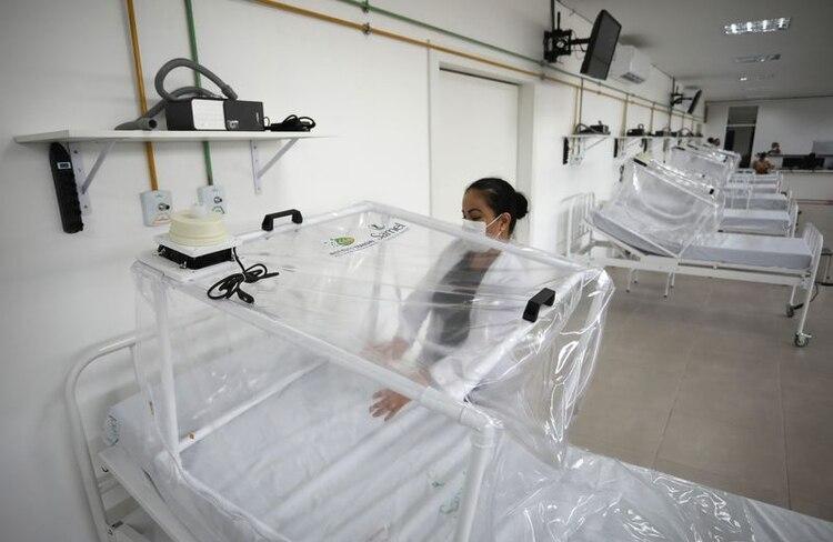 Una trabajadora de la salud prepara una cama en la UCI en un hospital de campaña temporal durante el brote de coronavirus en Manaos, Brasil, 13 de abril de 2020 (REUTERS/Bruno Kelly)