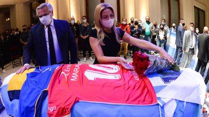 Alberto Fernández colocó una camiseta de Argentinos Juniors en el ataúd de Maradona (Presidencia)
