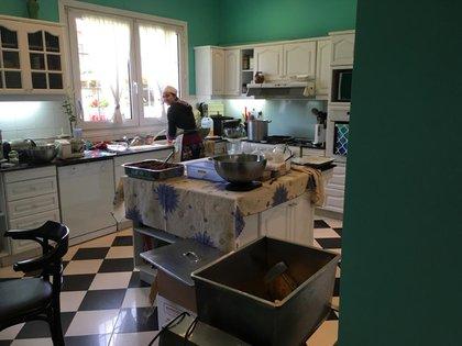 En la cocina de la casa de los padres de Dominique en Hurlingham donde al comienzo probaron sus recetas
