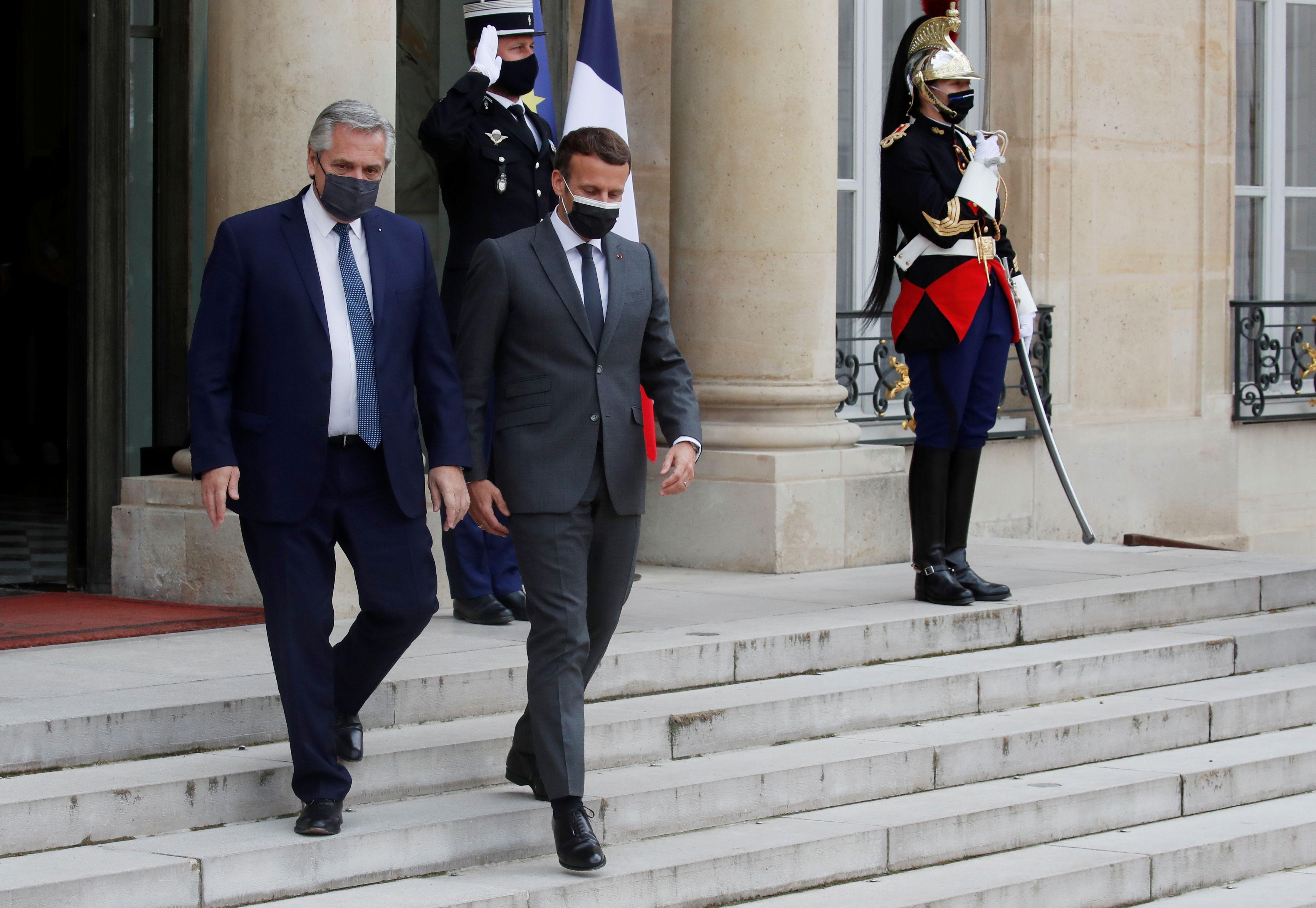 Alberto Fernández y Emmanuel Macron bajan las escaleras del Palacio Eliseo durante su último encuentro en París