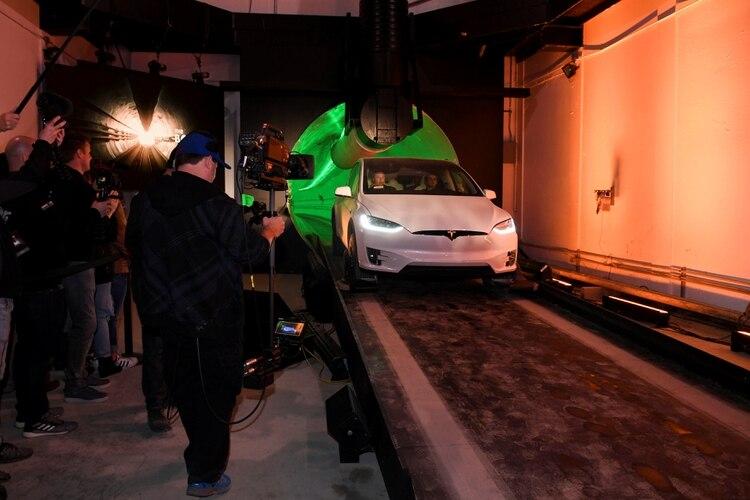 Elon Musk a bordo del Telsa en el túnel (Robyn Beck/Pool via REUTERS)