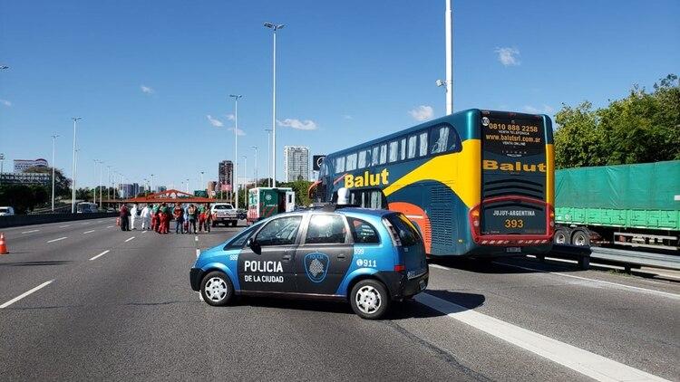 Un micro de la empresa Balut proveniente de Jujuy con 62 personas a bordo fue detenido en la avenida General Paz