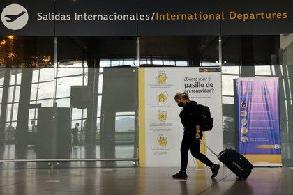 El Aeropuerto El Dorado, cuya operación estuvo paralizada casi medio año por la pandemia de la COVID-19, está utilizando la tecnología para evitar que los viajeros tengan contacto con superficies y para tomar la temperatura corporal. EFE/Carlos Ortega/Archivo