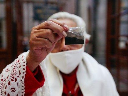 En las iglesias católicas se reparten bolsitas con cenizas. (Foto: Cuartoscuro)