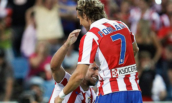 Agüero y Forlán fueron compañeros en el Atlético de Madrid (Foto: AP)