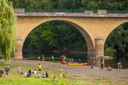 En el interior, a dos horas y media al este de Burdeos, los ríos Dordoña y Vézère convergen en Limeuil, una bonita ciudad medieval