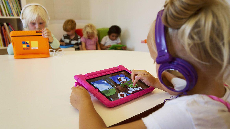 Según establecieron científicos de la Universidad de Oxford, otra forma de aprender es poniéndose metas particulares, como lo hacen los niños, que aprenden a jugar con juguetes por ensayo y error (Reuters)