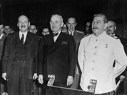 El primer ministro británico Clement Attlee, el presidente estadounidense Harry S. Truman y el presidente del Consejo de Ministros y líder de la URSS, Josef Stalin, durante la conferencia de Potsdam celebrada poco después del fin de la Segunda Guerra Mundial en Europa