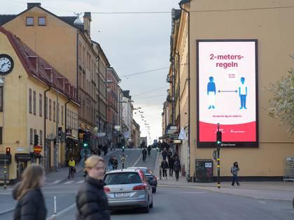 En una fachada de Estocolmo, Suecia, el 29 de abril de 2020, se ve una valla publicitaria que informa sobre la importancia del distanciamiento social (Agencia de Noticias TT/ Fredrik Sandberg vía REUTERS)
