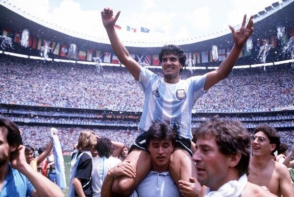 Héctor Enrique, en andas durante el desahogo: Argentina se consagraba por segunda vez