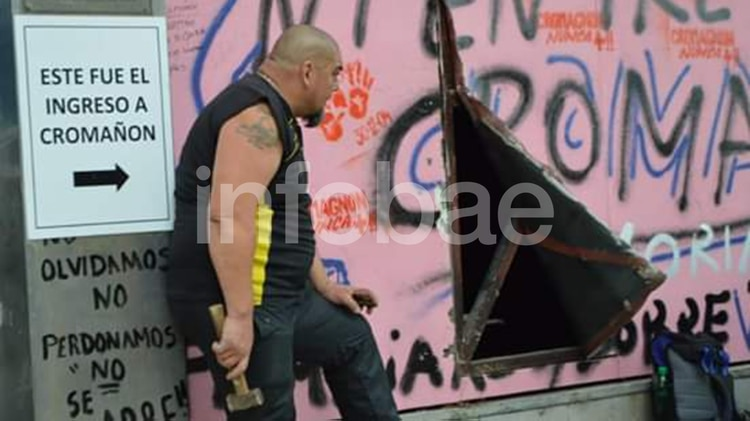 Leonardo Chaparro intentado ingresar al boliche (Foto: Familiares de Víctimas de Cromañón)