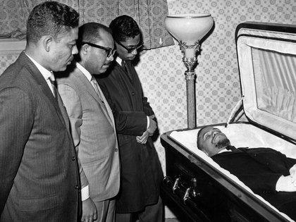 Fotografía de archivo de 1965 de personas que visitan la capilla ardiente instalada en Harlem, con los restos mortales de Malcolm X, antes de ser trasladado al cementerio Ferncliff de Nueva York. EFE/Central Press Photos/yv/Archivo