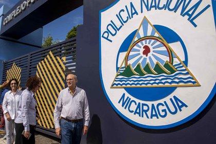 El director del semanario Confidencial, Carlos Fernando Chamorro espera respuesta sobre el allanamiento del medio de comunicación en las afuera de la sede central de la policía nacional, hoy en Managua (Nicaragua).( EFE/Jorge Torre)