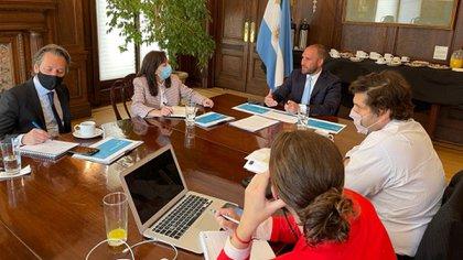 Guzmán y su staff durante un encuentro con funcionarios del Fondo Monetario Internacional en Washington