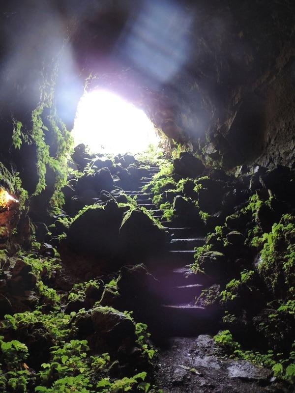 La cueva de lava es una joya dentro del proyecto hotelero de Fulvio Valbonesi. Tiene entrada y salida y solo se puede circular a pie. En algún momento fue utilizada por el emprendedor como la cava de su restaurante.