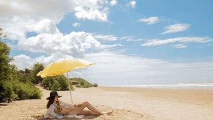 Camisa larga de lino($ 7.180, Mila Kartei), sombrero (Greenpacha) y bikini ($ 1.290, Las Pepas).