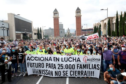 Protestas masivas por el cierre de la fábrica de Nissan en Barcelona.  (REUTERS/Albert Gea)