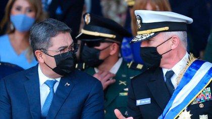 El presidente de Honduras junto al almirante Craig Faller (Crédito: Casa Presidencial de Honduras)