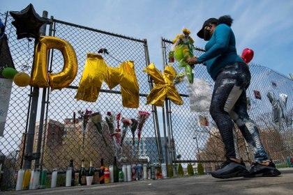 Fans dejan flores frente al hospital de White Plains, Nueva York, donde falleció el rapero