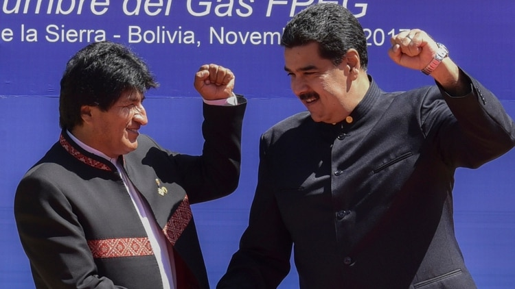 Maduro y Morales levantan el puño izquierdo en una cumbre en Santa Cruz de la Sierra en 2017 (Foto de Aizar Raldes/ AFP)