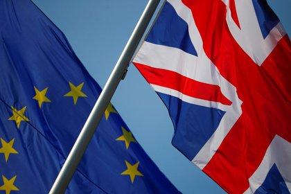 Foto de archivo de las banderas de Gran Bretaña y la UE en Berlín.  Abril 9, 2019. REUTERS/Hannibal Hanschke
