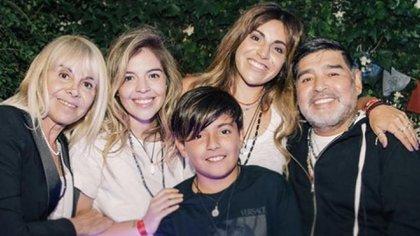 Claudia Villafañe junto a sus dos hijas, su nieto y Diego Maradona