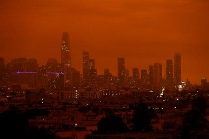 El centro de San Francisco se ve desde el Dolores Park bajo un cielo anaranjado oscurecido por el humo de los incendios forestales de California el 9 de septiembre de 2020. REUTERS/Stephen Lam