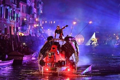 Artistas durante las festividades de 'Tutta colpa della Luna' o 'Culpa a la luna' en el Río di Cannaregio, uno de los canales famosos de Venecia (AFP)
