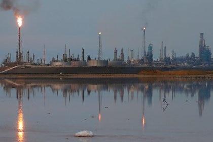 FOTO DE ARCHIVO-Una vista general del complejo de refinería Amuay que pertenece a la petrolera estatal venezolana PDVSA en Punto Fijo, Venezuela, foto tomada el 17 de noviembre, 2016. REUTERS/Carlos Garcia Rawlins