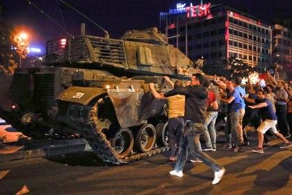 Un momento del intengo de golpe de estado en Ankara, el 16 de julio de 2016.  (REUTERS/Tumay Berkin/archivo)