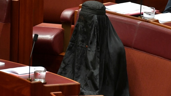 Una mujer vestida con la burka, que cubre completamente el rostro