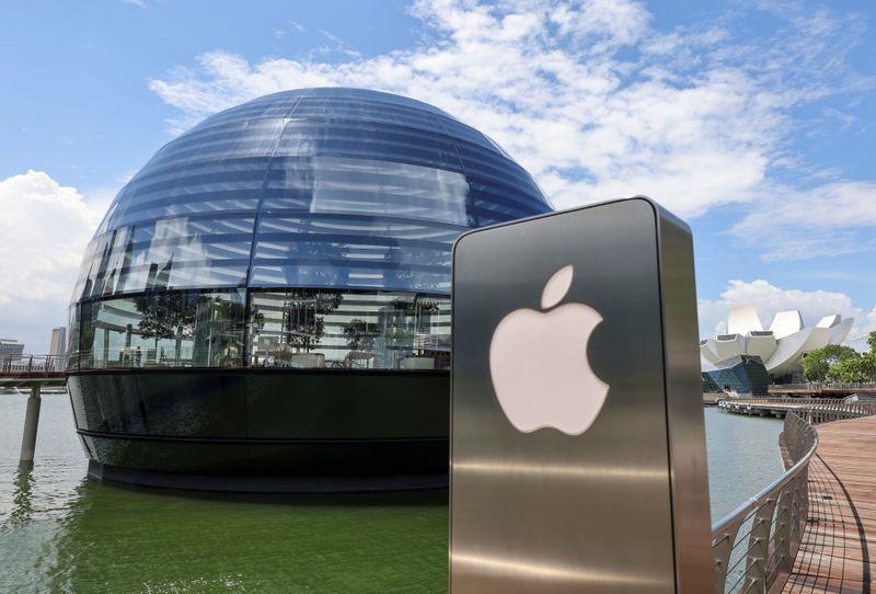 Foto de archivo del logo de Apple en una tienda en Marina Bay Sands, Singapur. Sep 8, 2020. REUTERS/Edgar Su