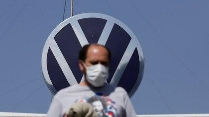 FOTO DE ARCHIVO: Un empleado abandona la planta de Volkswagen (VW) en Puebla, México, 29 de marzo de 2020. REUTERS/Imelda Medina