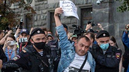 Oficiales de la policía se llevan arrestado a un manifestante que salió a las calles para apoyar a Navalny (AP/Pavel Golovkin/Archivo)