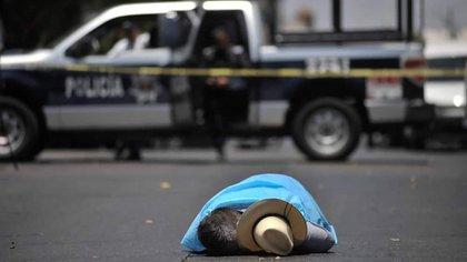 El cuerpo de Javier Valdez quedó tendido luego de recibir 12 disparos.